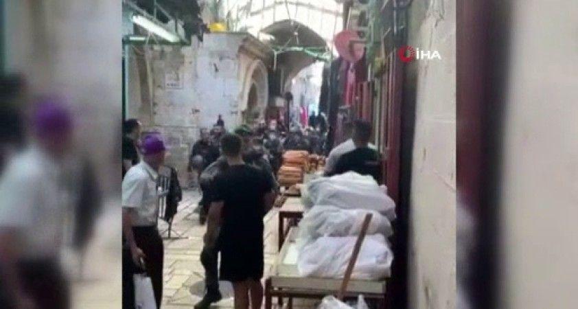 İsrail askerleri, Mescid-i Aksa'nın önünde bir Filistinliyi yaraladı