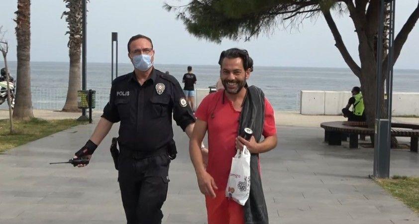Kısıtlamada sokakta yakalanıp ceza yiyince polislerin elini öpmek istedi