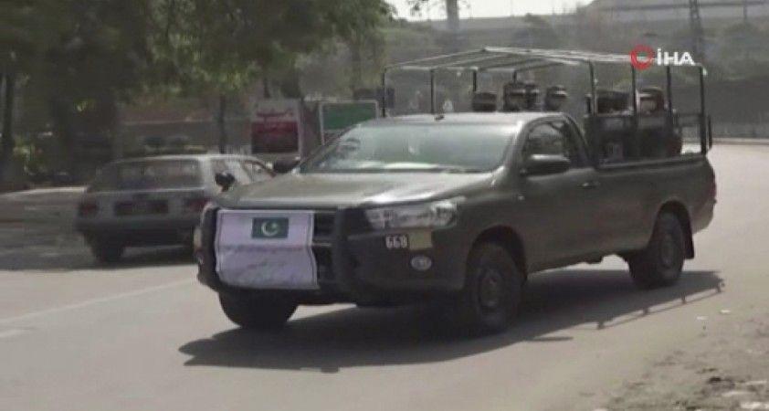 Pakistan'da ordu kısıtlama denetimi için sokağa indi