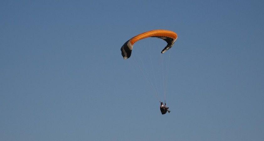 Erciş'te Van Gölü ve Süphan Dağı manzarası yamaç paraşütçülerinin ilgi odağı oldu