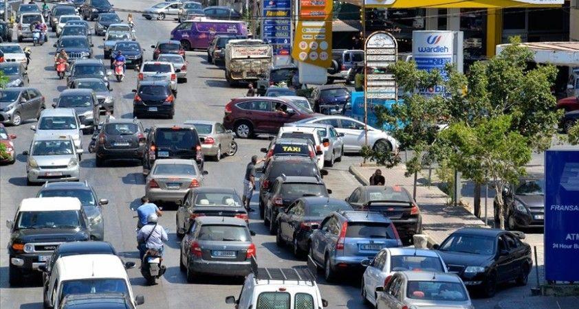 Lübnan'da uzun kuyrukların oluştuğu benzin istasyonlarında 'akaryakıtın tümüyle tükenmek üzere' olduğu uyarısı