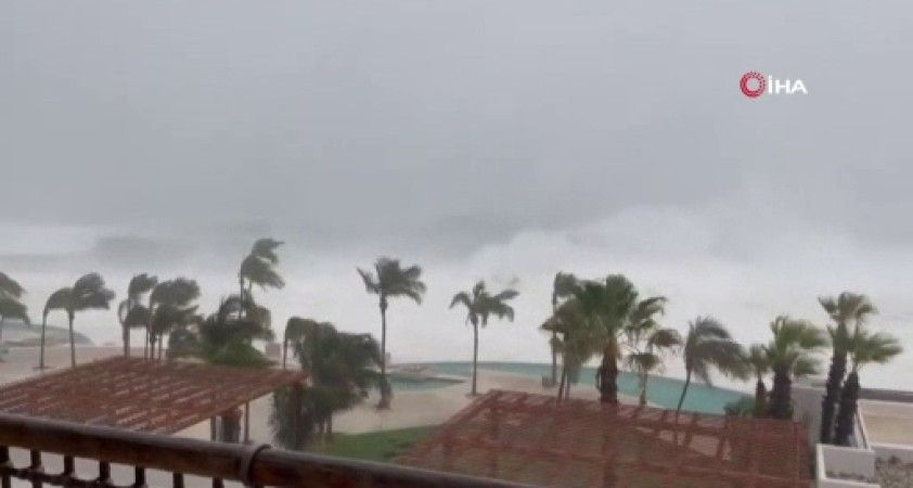 Meksika'da Olaf Kasırgası karaya çıktı