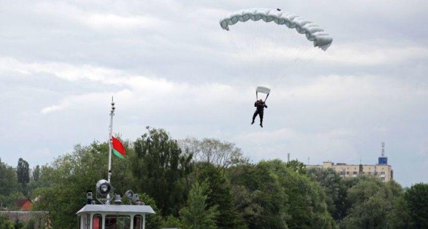 Rus paraşütçüler tatbikat için Belarus'a gidiyor