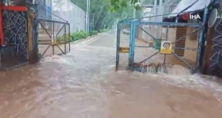 Mumbai'de şiddetli yağış sokakları göle çevirdi, evleri su bastı