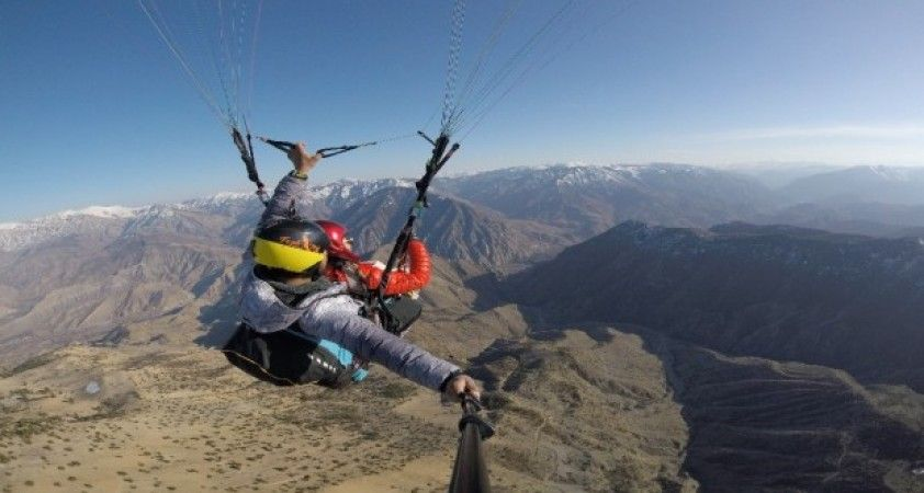 (Özel haber) Yamaç paraşütü kullanarak ilçeden il merkezine uçtular