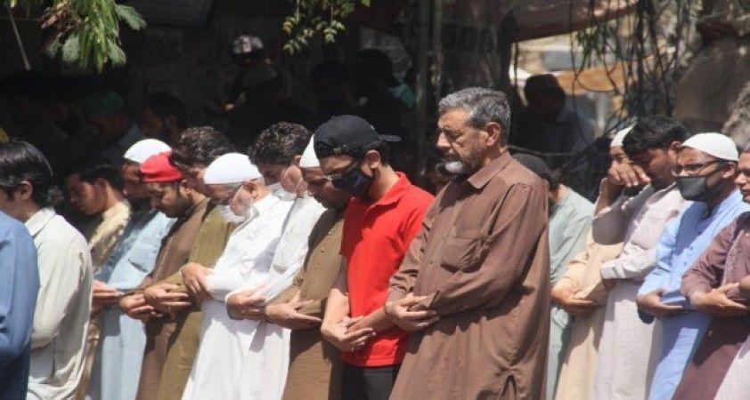 Pakistan camilerde cemaatle kılınan namazları yasakladı