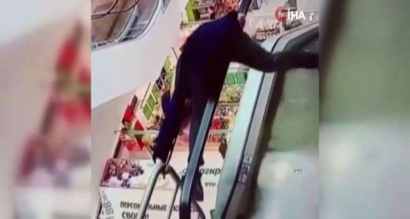 Yürüyen merdivenin bandına takıldı, aşağıya düştü