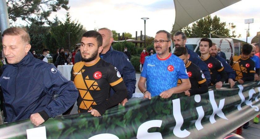 Gençlik ve Spor Bakanı Kasapoğlu, yeşil sahada gençlerle buluştu