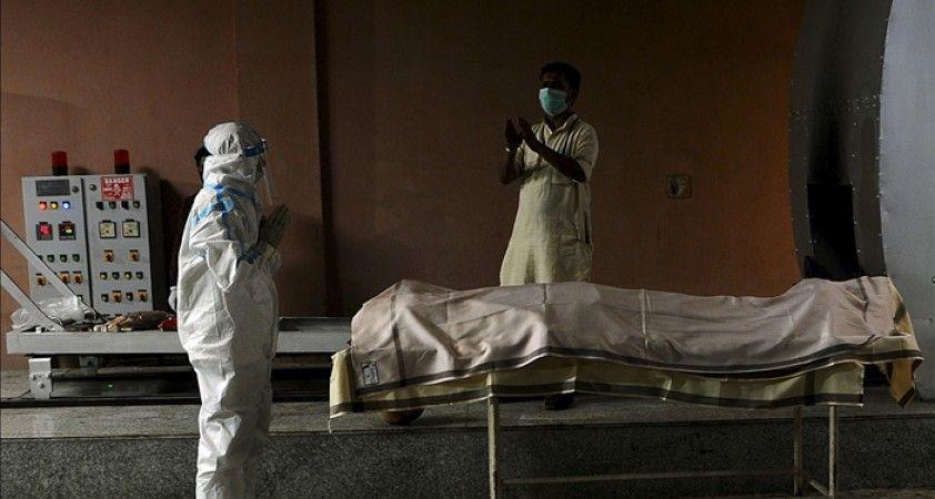 Hindistan'da Kovid-19 nedeniyle can kayıplarının artması sonucu krematoryumlarda yer kalmadı