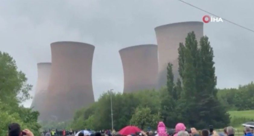 İngiltere'de 117 metre yüksekliğindeki kuleler 5 saniyede yıkıldı