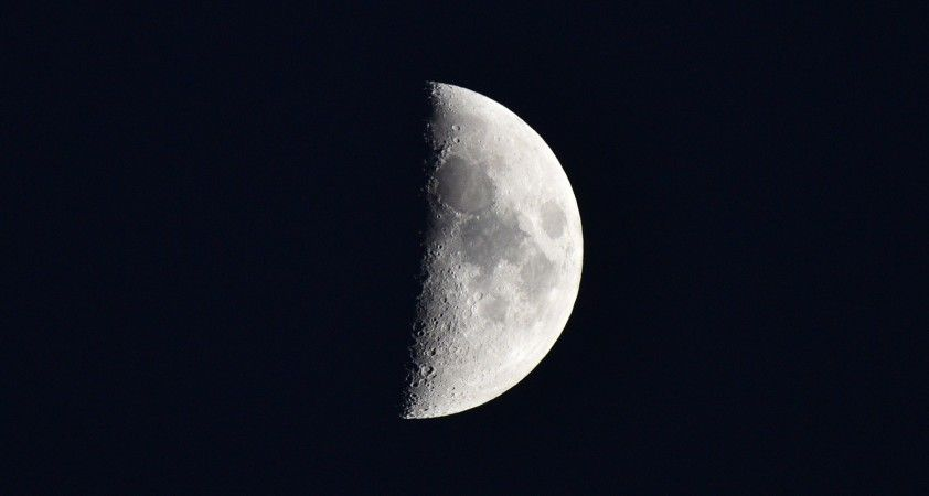 Ahlat'ta yarım ay geceyi aydınlattı