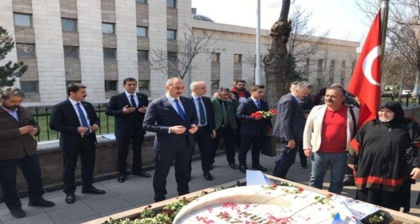 Bakan Gül, Muhsin Yazıcıoğlu'nu kabri başında andı