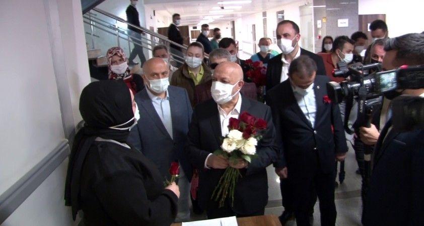 Hak-İş üyelerinden sağlık çalışanlarına karanfil