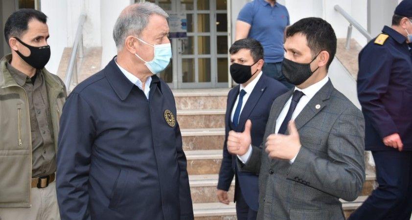 Bakan Akar, Yüksekova'daki Yıldırım Operasyonu'nun harekat merkezini ziyaret etti
