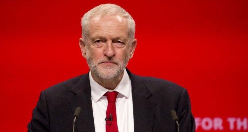 İngiltere'de İşçi Partisinin eski lideri Corbyn partinin parlamento grubuna katılamayacak