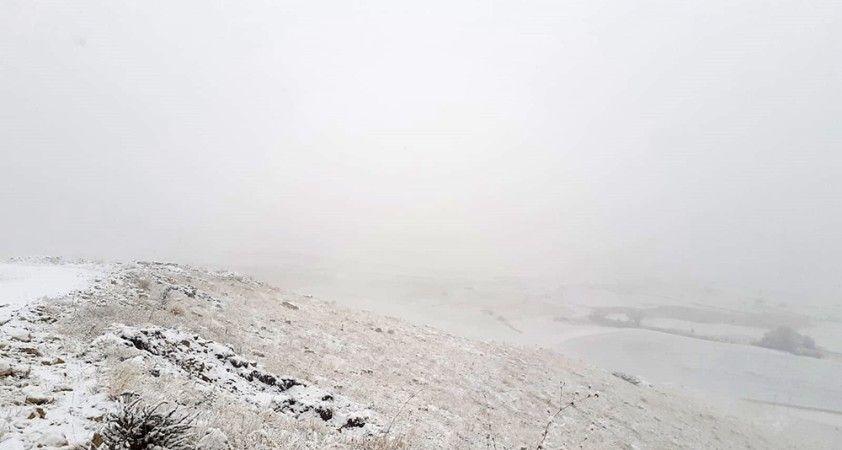 Kop Dağı geçidinde kar ve sis etkili oluyor