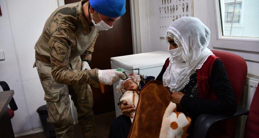 Mehmetçik şefkati vatandaşları kucaklıyor