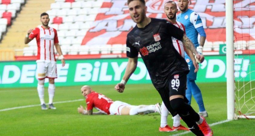 Süper Lig: FT Antalyaspor: 1 - DG Sivasspor:2 (İlk yarı)