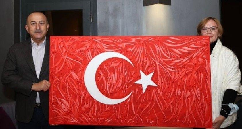 Ukraynalı ressam dereceye girdiği Türk bayrağı tablosunu Bakan Çavuşoğlu'na hediye etti