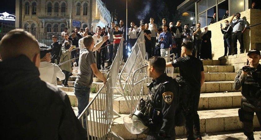 İsrail polisinin geri adım atmasıyla Filistinliler Şam Kapısı'ndaki barikatları kaldırdı