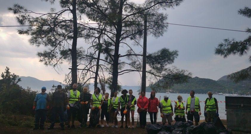 Marmarisli gönüllüler 15 Eylül Dünya Çevre ve Temizlik Günü'nde çöp topladı