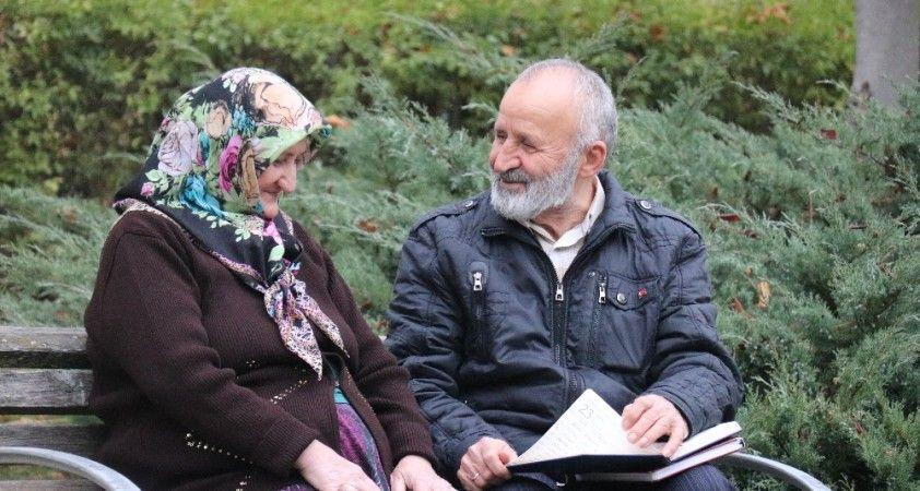 50 yıllık eşine olan aşkını 450 şiirle kağıda döktü