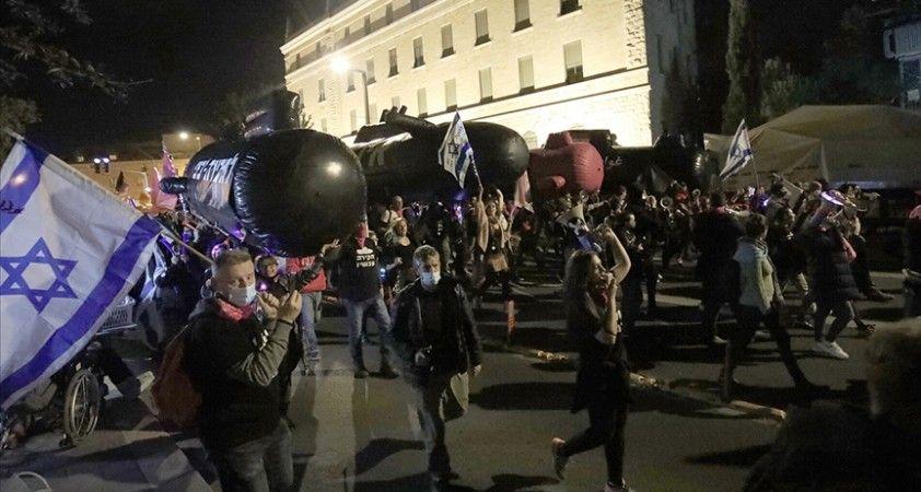 İsrail'de sıkılaştırılmış karantinaya rağmen Netanyahu karşıtı protestoya binlerce kişi katıldı