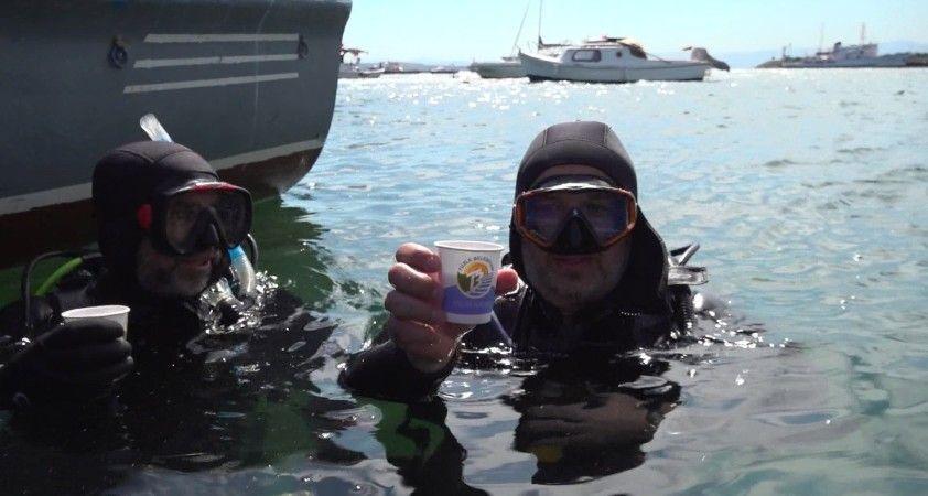 Müsilajdan arındırılan Tuzla'da denizde dalgıçların çay keyfi
