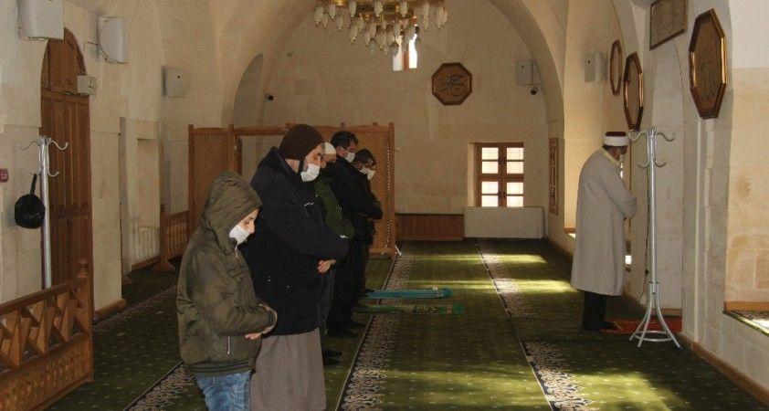Teröristlerin roketli saldırısının hedefi olan camide saldırının izleri silindi
