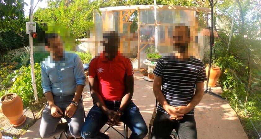 Kamerunlu göçmen, beraberindeki 2 kişiyle Yunan güvenlik güçlerince denize atıldıklarını iddia etti