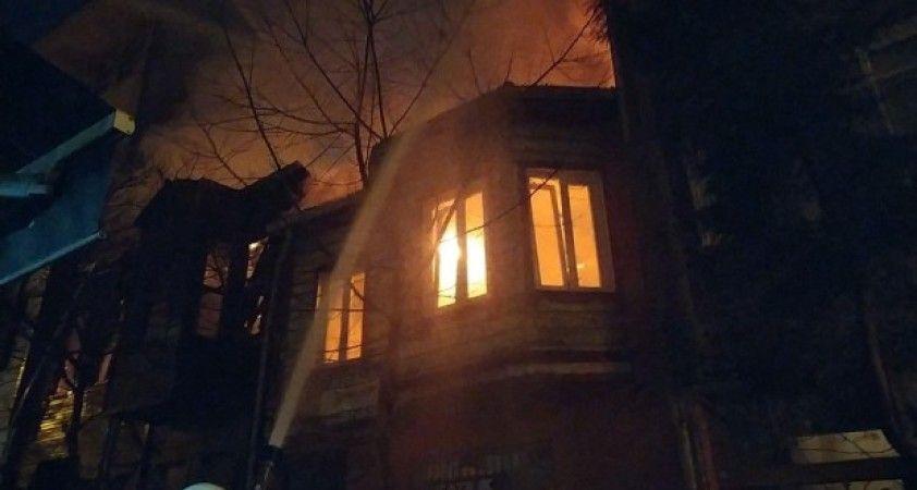 Bakırköy'de korkutan yangın: Ahşap bina alev alev yandı