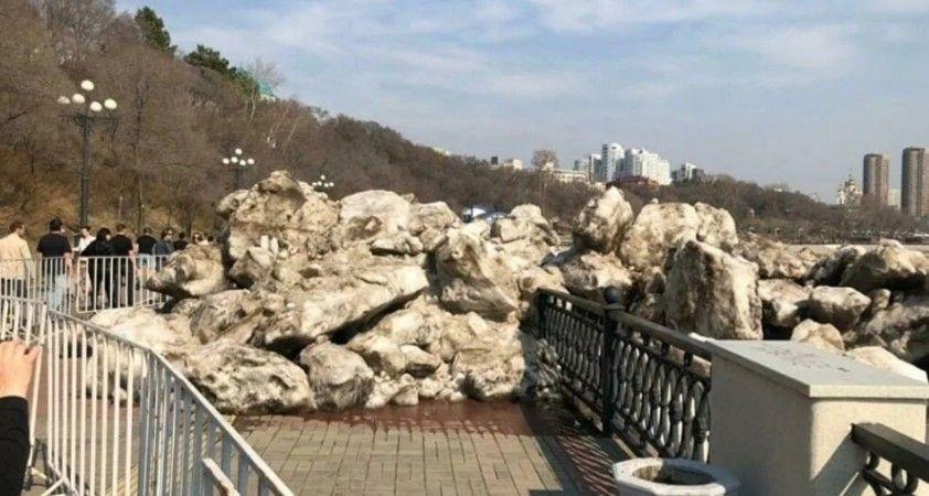 Rusya'da kopan buzullar kıyıya vurdu
