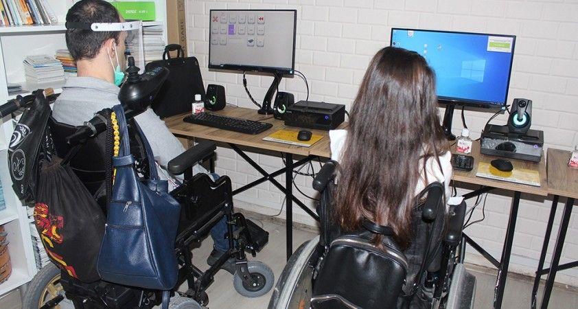 Engelliler bilgisayarları gözleri ile kullanıyor