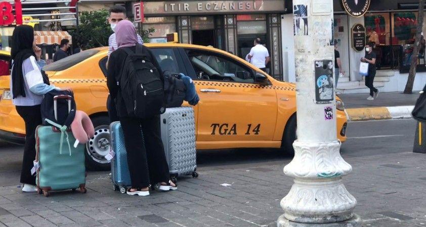 Taksim'de turistler yine taksiye binemedi