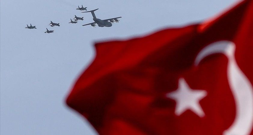 Türkiye ve Azerbaycan uçakları İstanbul Boğazı semalarında selamlama uçuşu yaptı