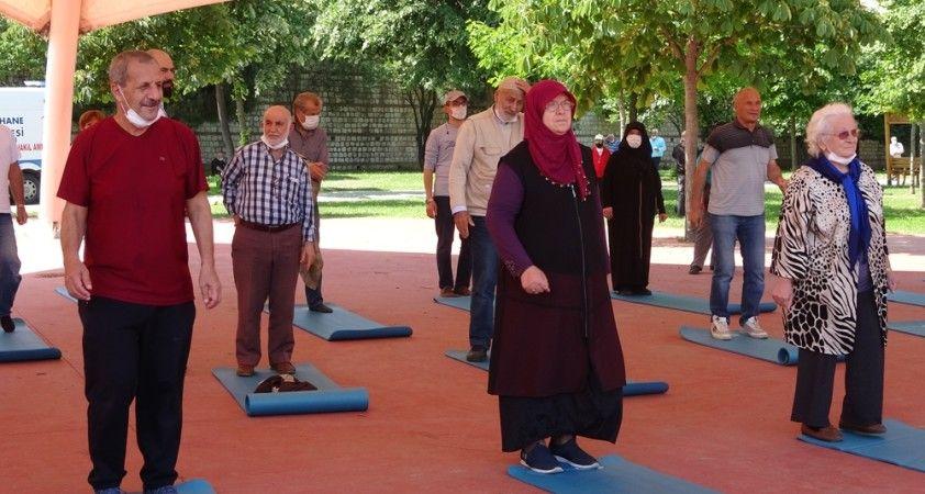 Kağıthane'de yaşlılar açık alanda egzersiz yaptı