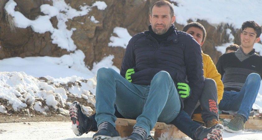 Trafiğe kapalı yol kayak pisti oldu, çocuklar babalarıyla doyasıya eğlendi