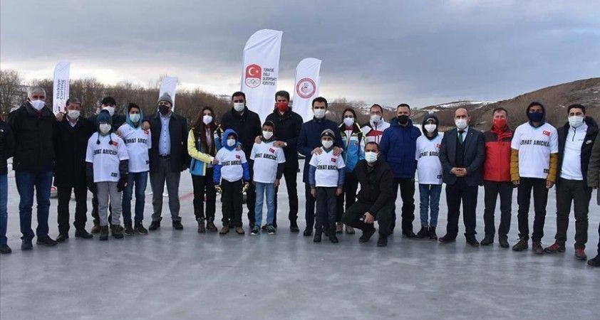 Milli curlingciler köy çocuklarının 'Kars Çayı'nda curling keyfi'ne ortak oldu