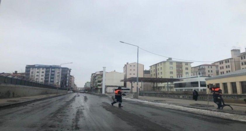 Kars Belediyesi caddelerin karını temizliyor