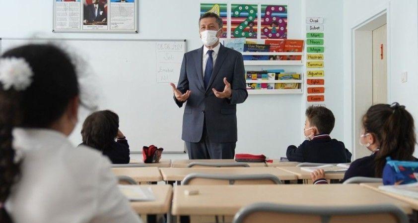 Bakan Selçuk, yüz yüze eğitimin ilk gününde çocuklarla okulda buluştu