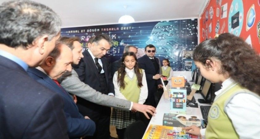 Vali Oktay Çağatay, robotik kodlama sınıfının açılışını yaptı