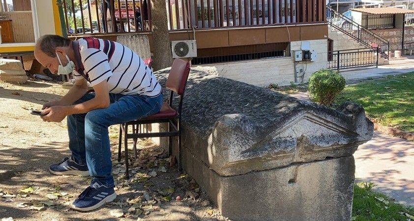 Taksici esnafının sırtını dayadığı 2 bin yıllık lahit müzeye kaldırıldı