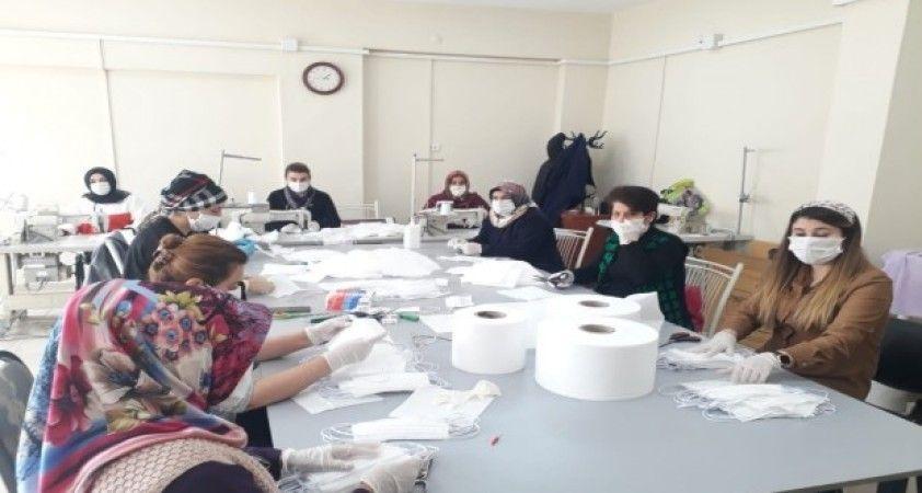 Silvan'da sağlık çalışanları için maske üretiliyor