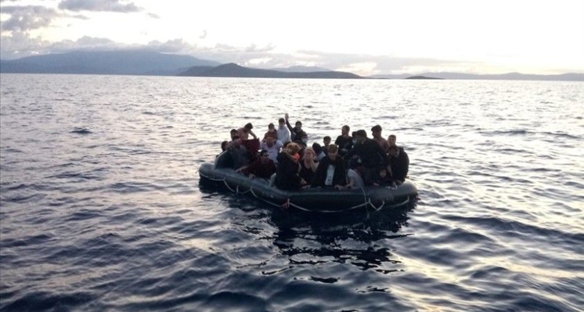 İzmir açıklarında Türk kara sularına itilen 26 düzensiz göçmen kurtarıldı