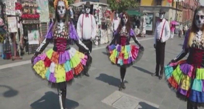 """Meksika'da """"Ölüler Günü"""" öncesi halka Covid-19 hatılatması"""