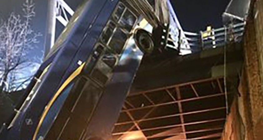 ABD'de otobüs köprüden sarktı: 8 yaralı