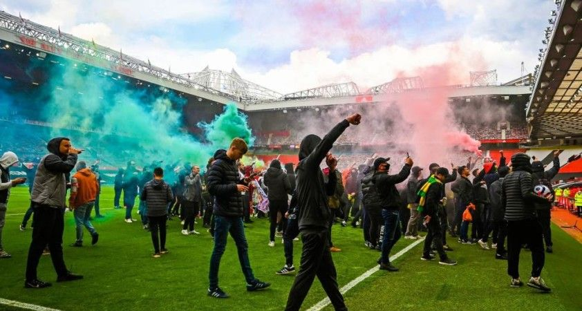 Manchester United taraftarları Old Trafford\'ta protesto düzenledi