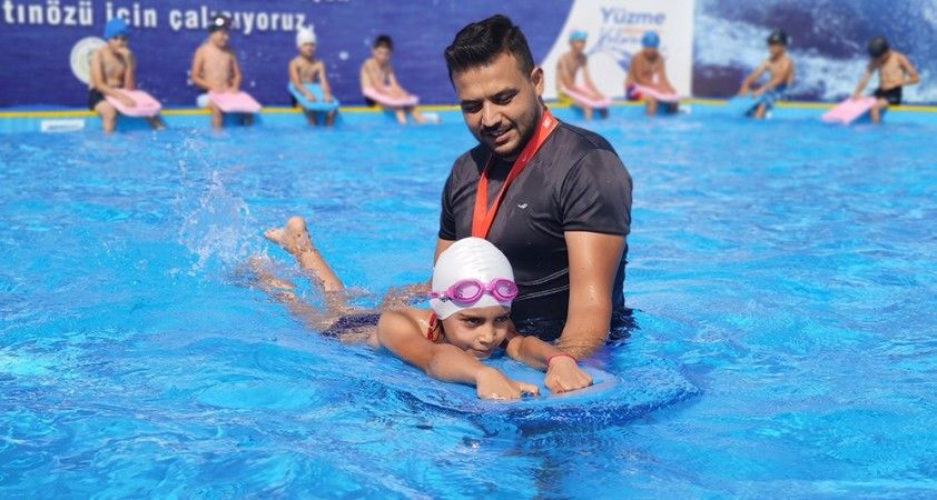Türk ve Suriyeli çocuklar yüzerek kaynaşıyor