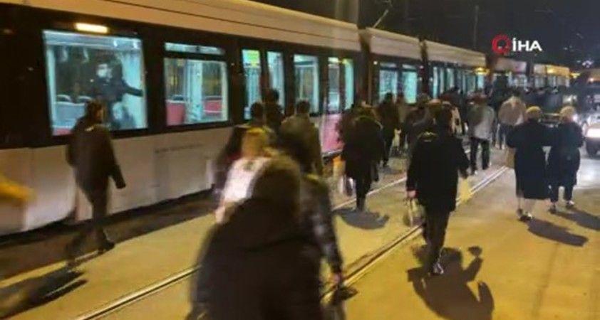 Tramvay trafikte ilerleyemedi, vatandaşlar raylardan yürüdü
