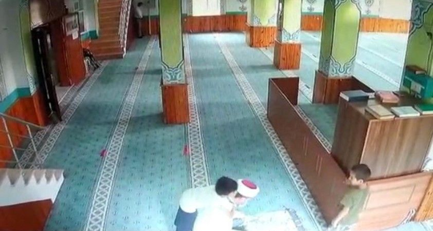 Camiye giren çocukların imam ile oyunu yürekleri ısıttı